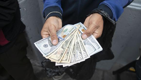 En el mercado paralelo o casas de cambio de Lima, el tipo de cambio se cotiza a S/ 3.880 la compra y S/ 3.920 la venta de cada billete verde. (Foto: Eduardo Cavero / GEC)