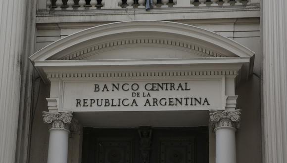 Se conoció también que los bancos en Argentina deberán contar con autorización previa del BCRA para poder distribuir sus resultados. (Foto: EFE)