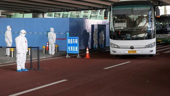 Un autobús que transporta a miembros del equipo de la Organización Mundial de la Salud (OMS) encargado de investigar los orígenes de la pandemia del coronavirus (COVID-19) sale del Aeropuerto Internacional de Wuhan Tianhe en Wuhan, provincia de Hubei, China, el 14 de enero de 2021. REUTERS / Thomas Peter