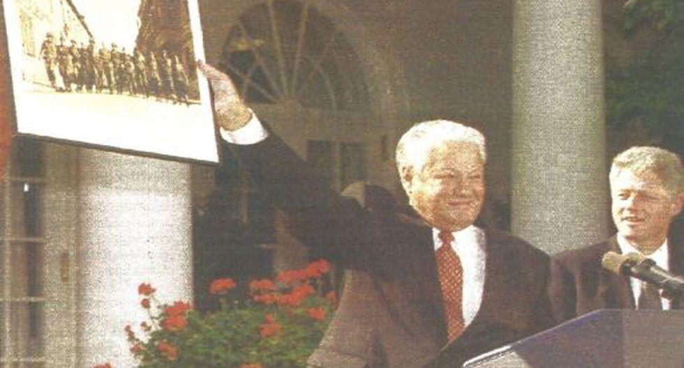 El presidente ruso Boris Yeltsin, en compañía del mandatario norteamericano Bill Clinton, muestra una fotografía de la Segunda Guerra Mundial. (Foto Reuter).
