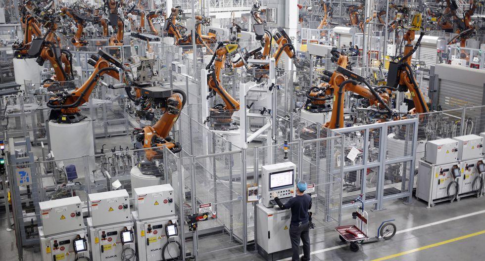 Los trabajadores se vuelven más reacios a solicitar aumentos salariales significativos por temor a que su empleador recurra a la automatización para reemplazarlos. (Foto: Bloomberg)
