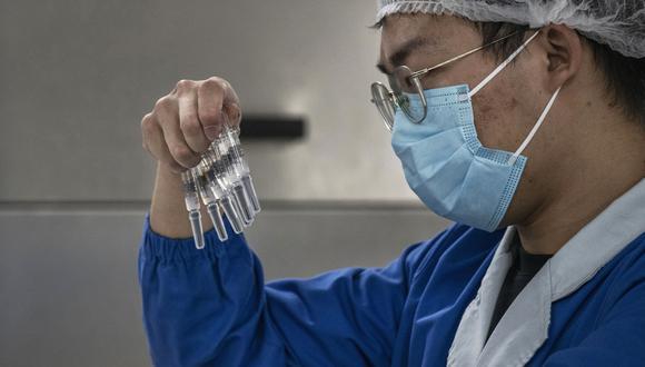 """CoronaVac forma parte de las vacunas más avanzadas en el mundo, muy cerca del gigante farmacéutico estadounidense Pfizer, quien presentó resultados provisionales de la fase 3 que muestran una eficacia """"de más de 90%"""". (Photo by Kevin Frayer/Getty Images)"""