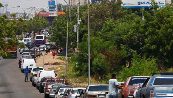 Venezolanos hacen largas filas esperando cargar combustible en una estación de gasolina de la estatal PDVSA en Maracaibo, Venezuela, el pasado 17 de mayo. (Foto: Reuters)