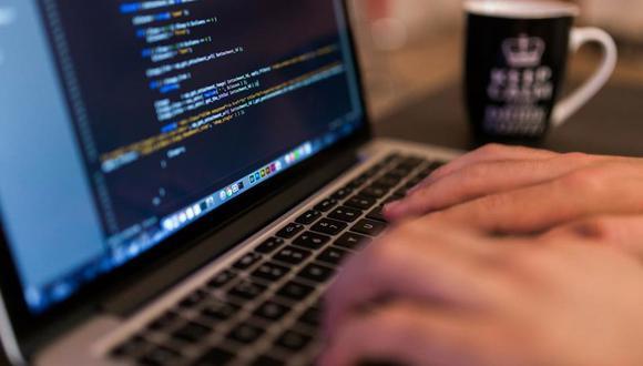 FOTO 5   5. Cursos de programación  Empleos TI revela que en 2017 el número de ofertas de empleo en la industria de tecnologías de información creció 57.5%. Y es que cada vez más empresas amplian su área de sistemas y demandan trabajadores especializados en programación, seguridad informática y big data. Contribuye a cubrir la demanda con una escuela donde impartas cursos de desarrollo de lenguajes de programación, como Java, Python o C, y otras disciplinas avanzadas. Busca alianzas con empresas de tecnología que ofrezcan becas a estudiantes, así como con espacios de coworking para que sean tus aulas de clase.