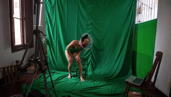 La artista peruana Ana Chung actúa en su casa en Lima durante un streaming el 24 de junio de 2020. (AFP)