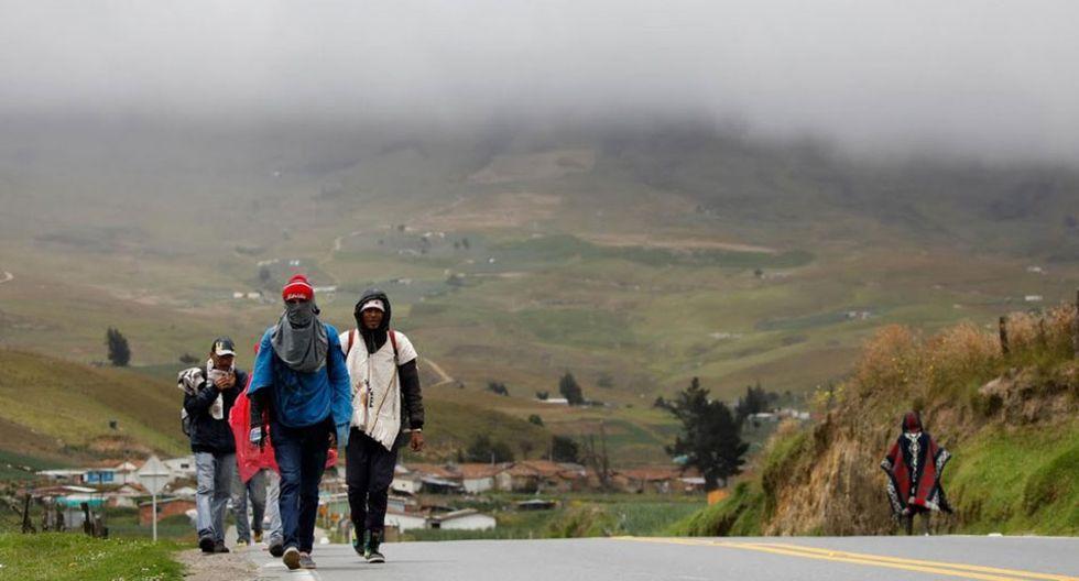 """Foto 19    Algunos se arriesgan, pero cobran una prima de hasta el 20%, según varios empleados de autobuses cerca de la frontera. La familia Sulbarán caminó e hizo autostop a lo largo de unos 1,200 kilómetros hasta el pueblo andino de Santiago, donde tienen familiares. Jairo, el padre, recorrió los garajes en busca de trabajo, pero no encontró ninguno. """"La gente dijo que no, otros estaban asustados"""", dijo Johana, su esposa. """"Algunos venezolanos vienen a Colombia para hacer cosas malas y creen que todos somos así"""". (Foto:  Carlos Garcia Rawlins)"""