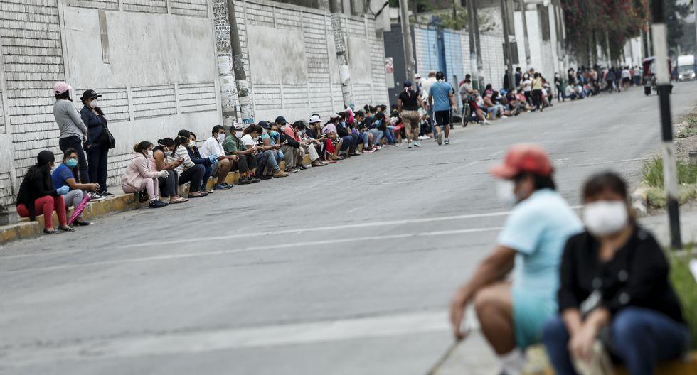 Los ciudadanos forman largas colas para cobrar el bono de S/ 380. (Foto: GEC)