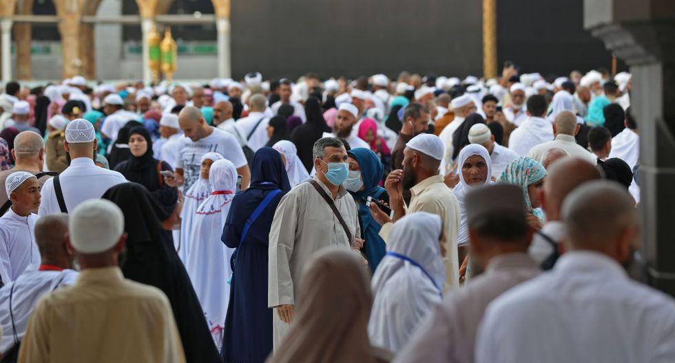 Peregrinos musulmanes usan máscaras de protección en la Gran Mezquita en la ciudad sagrada de La Meca, Arabia Saudita, el 28 de febrero de 2020. (AFP).