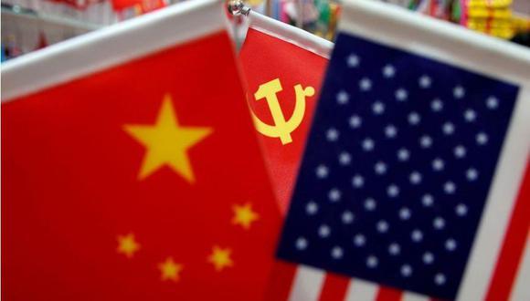 Imagen de archivo de las banderas de China, Estados Unidos y el Partido Comunista Chino en exhibición en un puesto de banderas en el mercado mayorista de Yiwu, en la provincia de Zhejiang, China. (REUTERS/Aly Song/Archivo).