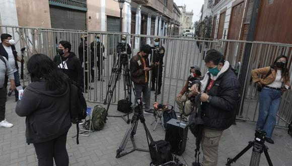 En los últimos días, las autoridades colocaron rejas y cercos en los alrededores de Palacio de Gobierno, lo que impidió que los periodistas den cobertura a una actividad oficial. (Foto: Anthony Niño de Guzmán/ @photo.gec)