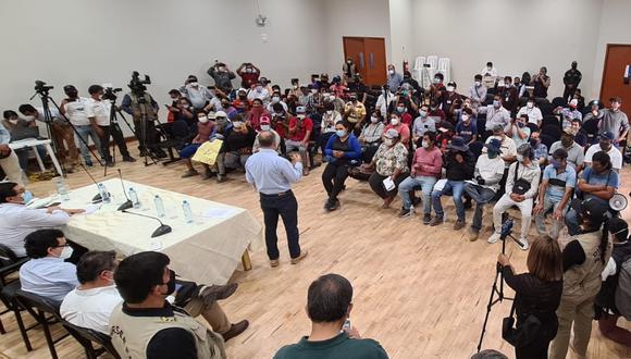 En reunión con trabajadores agrarios, el ministro de Trabajo, Javier Palacios, indicó que además se prohibirán el uso de las empresas de intermediación laboral, conocidos como services. (Foto: Defensoría)