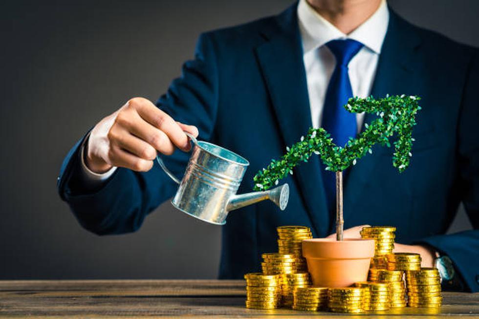 Primero debes saber que las valuaciones no se mantienen ni estáticas ni crecen de manera lineal en el tiempo. En la práctica no funciona de esa manera. Las valuaciones se basan en cálculos de riesgo y retornos de inversión, obviamente se involucra el valor de tu compañía. Las valuaciones aumentan en la medida que baja el nivel de riesgo o cuando aumenta el tamaño de la recompensa para los inversionistas, es decir, el valor de las acciones o lo que en ese momento obtendrían como ROI (retorno de inversión), por ejemplo. El riesgo no se reduce linealmente en el tiempo, sino que cambia con base en los hitos que vayas alcanzando, por ejemplo la tracción del cliente, la contratación de un equipo sólido que garantice la entrega de un producto o servicio al cliente, que la estrategia de monetización funciona y se compruebe; se debería de demostrar que se ha alcanzado un product market fit, que la tecnología funciona o la capacidad de ejecución del equipo y dado el momento que te has consolidado como líder en el mercado. (Foto: iStock)