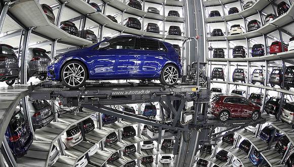 Los autos VW Golfs se cargan en una torre de entrega en la planta de Volkswagen en Wolfsburg, Alemania. (Foto: Reuters/Fabian Bimmer)