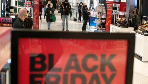 Las tiendas ofrecen grandes descuentos, logrando cuantiosos beneficios en la jornada. REUTERS/Eduardo Munoz