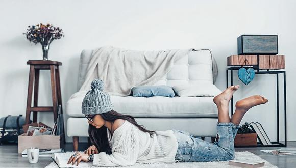 Básicos y cómodos. El confinamiento por la pandemia permite que podamos combinar polos, jeans, chompas livianas y accesorios. (Foto: iStock)