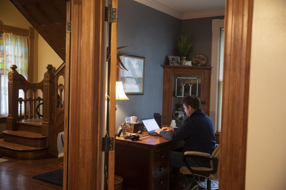 1 - Utilizá una silla adecuada: Uno de los problemas principales ante la urgencia de pasar al trabajo o al estudio en modalidad home office, es que no todas las personas tienen un buen equipamiento en casa, como suele haber en las oficinas. Si hay uno particularmente importante para mantener una buena postura al trabajar o estudiar, es la silla. (Foto: Difusión)