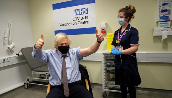 La campaña de vacunación se amplió recientemente a los mayores de 50 años y el primer ministro Boris Johnson, de 56 años, recibió el viernes una primera dosis de la vacuna AstraZeneca. (Foto: Frank Augstein/Pool/REUTERS).