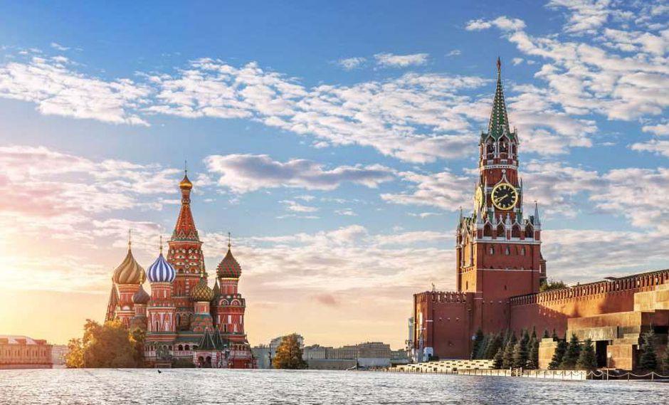 MOSCÚ (RUSIA). La principal edificación del Kremlin es la Torre Spásskaya (torre del Salvador), que se remonta al siglo XV. Entonces era la mitad de alta, pero dos siglos más tarde se le añadieron los pisos que hoy le otorgan 70 metros de altura. A mediad