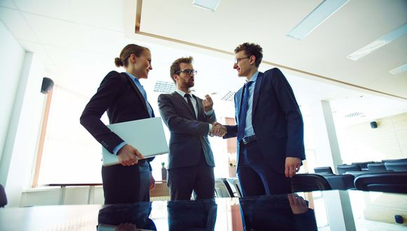 Foto 1   1. Comprométete con un negocio Las personas que crean empresas exitosas lo hacen de una en una. Es necesario que estés totalmente comprometido con tu gran idea, porque el espíritu emprendedor no tiene que ver con la última moda, sino con comprometerte con algo que te absorberá gran parte de tu tiempo, y posiblemente, dinero. Así que elige tu negocio con prudencia y haz un plan para dedicarte a tiempo completo a alcanzar el éxito.