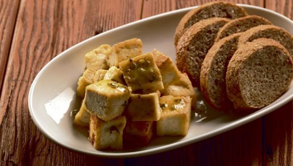 De acuerdo a la nutricionista Sylvia Rodríguez, la mejor forma de consumir el tofu es cocinándolo. Y es que, al no tener un sabor característico, este adquiere el sabor que se le otorga al marinarlo.
