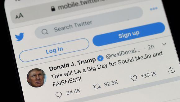 Donald Trump está en conflicto con la red social, que utiliza cotidianamente, ya que ésta tomó la decisión el mes pasado de verificar dos de sus tuits sobre la votación por vía postal. (Foto: Olivier DOULIERY / AFP)