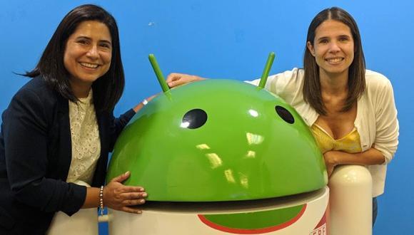 Mirella Miranda y Deb Reyes posan junto a un muñeco de Android con la camiseta de la Selección peruana en la oficia de Google Perú. (Foto: Cortesía de Google)