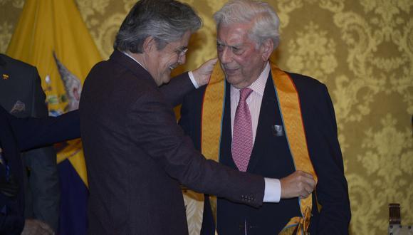 """El presidente ecuatoriano elogió la lucha de Vargas Llosa por """"mantenerse distinto"""", """"siempre iconoclasta"""", """"firme en su pensamiento"""", cuando """"muchos de sus contemporáneos se acomodaron a regímenes claramente contrarios a los ideales de libertad y de cambio"""" e instauraron """"una policía de la verdad política"""". (Foto: AFP)"""