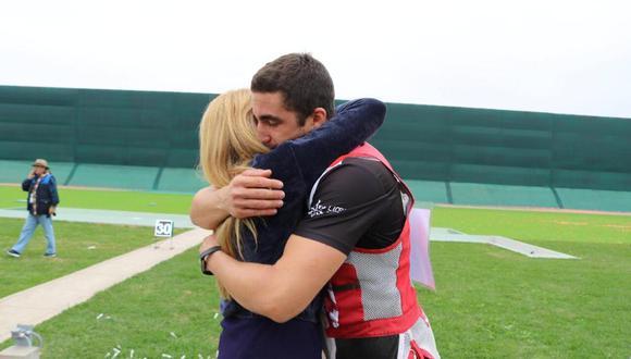 Jessica Galdós, coach deportivo, junto a Nicolas Pacheco, tirador peruano.