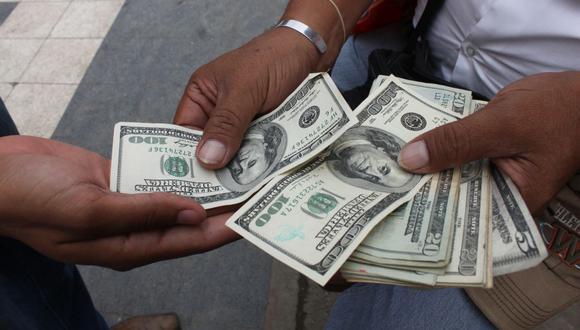En el mercado paralelo o casas de cambio de Lima, el tipo de cambio se cotizaba a S/ 3.700 la compra y S/ 3.770 la venta de cada billete verde. (Foto: GEC)