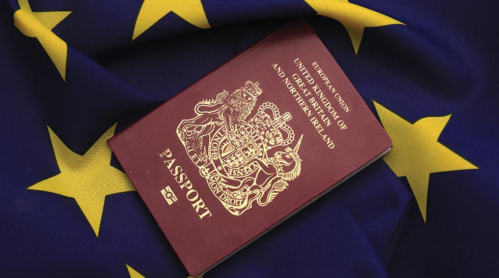 Pasaportes burdeos. Típicos entre los miembros de la Unión Europea (UE), a excepción de Croacia (pasaporte azul). Otras naciones que aspiran a formar parte de la UE, como Turquía, copiaron este tono con la esperanza de algún día pertenecer a ella. Por otr