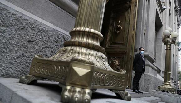 Un vigilante resguarda la puerta del Banco Central de Chile en Santiago. Marzo, 2021. (Foto: REUTERS/Ivan Alvarado)