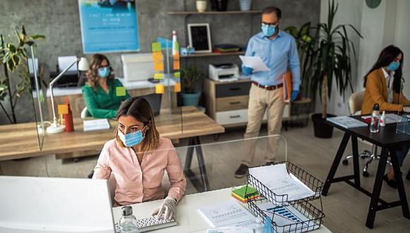 Empresas han empezado a implementar en sus oficinas muchos elementos tecnológicos para tener el menor contacto posible con los materiales. (Foto: iStock)
