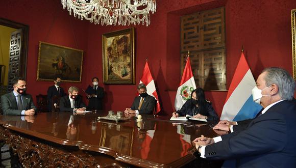 El presidente Francisco Sagasti suscribió en nombre del Perú un acuerdo con Suiza y Luxemburgo. (Foto: Cancillería)