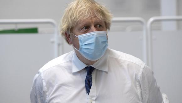 El primer ministro británico, Boris Johnson, visita un centro de vacunación masiva en el estadio Ashton Gate en Bristol, suroeste de Inglaterra, el 11 de enero de 2021. (Foto de Eddie MULHOLLAND / POOL / AFP).