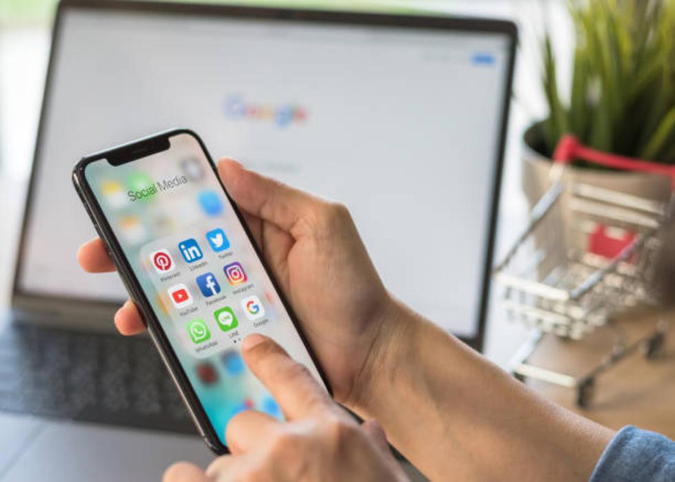 1. Incluye tus perfiles en redes sociales. Debido a que muchos negocios ven en las redes sociales una forma de contar su historia y de conquistar clientes, tiene sentido mostrar tu página de Facebook, tu canal de YouTube y tu cuenta de Twitter en tu tarjeta. (Foto: iStock)