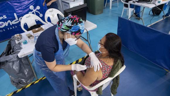 Chile, que superó los 812,000 contagiados y 20,000 fallecidos, empezó a vacunar a fines de diciembre al personal de salud y hace tres semanas desplegó la inmunización masiva según un calendario por grupos escalonados de edad. (Foto: Martin BERNETTI / AFP).