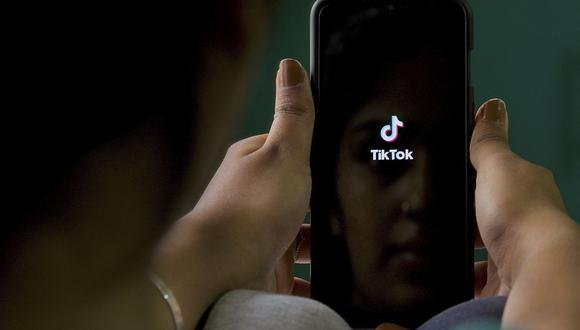 TikTok, que cuenta con unos 100 millones de usuarios en el país norteamericano, considera que no se han respetado los procedimientos debidos ni se ha respetado la ley. Imagen del logotipo de la aplicación china y Donald Trump. (Foto: AFP)