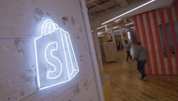 Shopify abre su exitosa pasarela de pago a dominios de Google y Facebook.