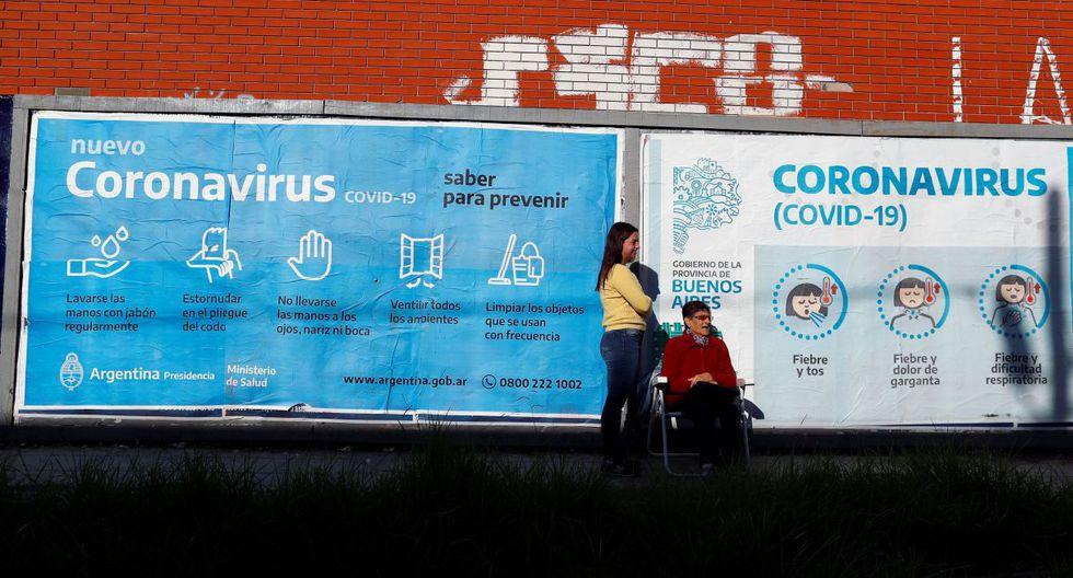 La jubilada Hermina hace cola junto a su nieta Camila afuera de un banco en Buenos Aires, el 3 de abril de 2020. (REUTERS/Agustin Marcarian).