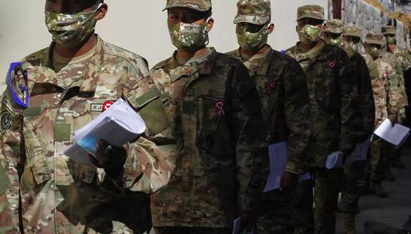 Soldados hacen cola en el Banco de la Nación en Puno, Perú, el 17 de julio de 2020, para cobrar el 'Bono Familiar Universal' -una asignación en efectivo- de 760 soles, equivalente a 216 dólares estadounidenses, proporcionados por el gobierno durante la novela pandemia de coronavirus. (AFP)
