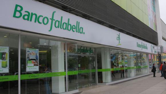 Banco Falabella es el primer emisor de tarjetas de crédito de consumo. Tiene sinergias con tiendas por departamento, de mejoramiento del hogar y centros comerciales