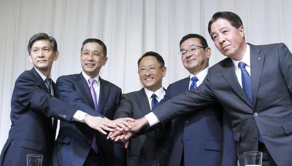 Akio Toyoda (centro), presidente de la Asociación de Fabricantes Automovilísticos Japoneses, junto a la directiva en el gremio automotriz. (Foto: Reuters)