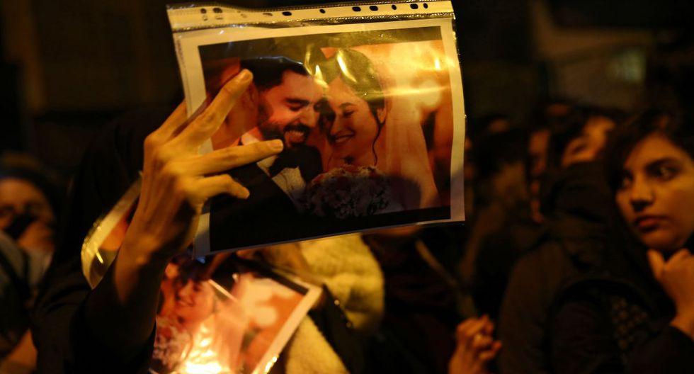 Una mujer sostiene una fotografía de recién casados, víctimas del accidente del avión Boeing 737 de la compañía Ukraine International Airlines. (Foto: Reuters)