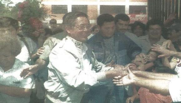 El presidente Alberto Fujimori batió su récord de inauguraciones de colegios. Ayer entregó 10 escuelas y prometió que la próxima semana inaugurará 12 en un solo día. (foto AFP)