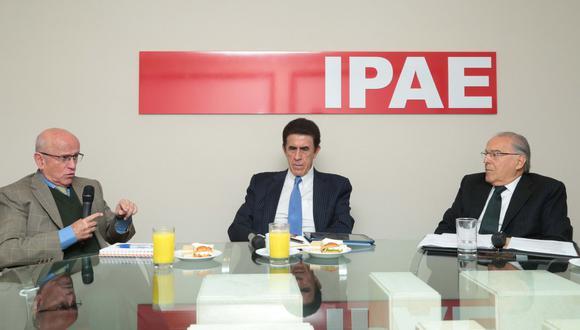 Ramón Barúa, Gonzalo Galdós y Óscar Espinoza analizan el rol del sector privado en la educación. (Foto: Diana Chávez)