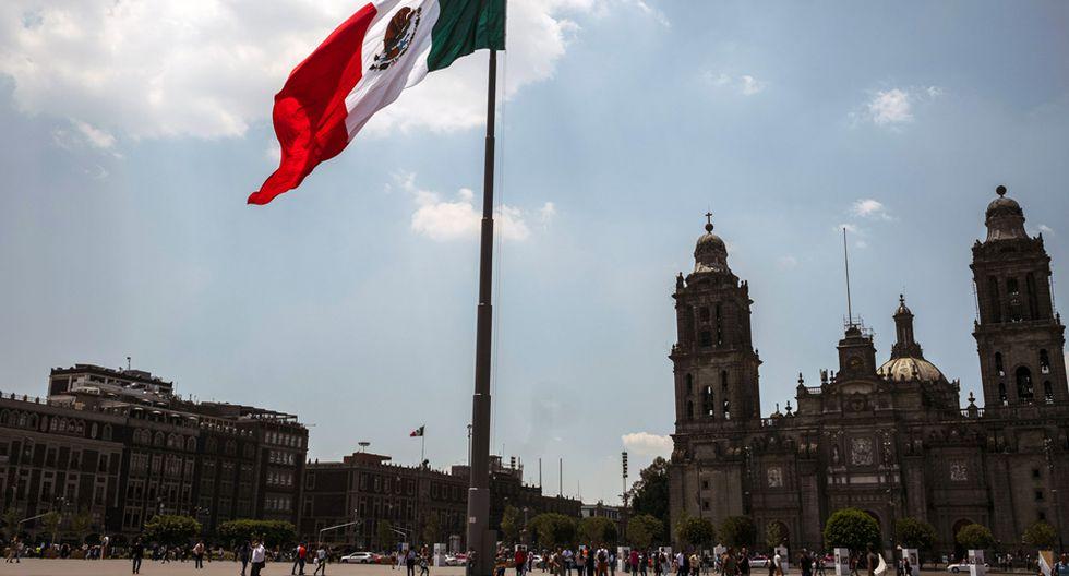 FOTO 1 | Una bandera mexicana se encuentra en el Zocalo en la Ciudad de México, el 17 de junio. (Foto: Bloomberg)