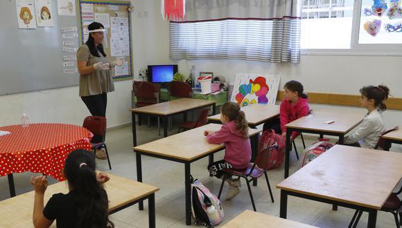 Los alumnos israelíes asisten a una clase en la Escuela Primaria Sadot, el 3 de mayo de 2020. (Foto: JACK GUEZ / AFP)