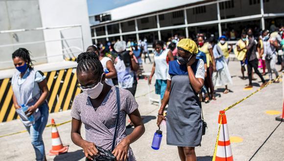 Las medidas sanitarias en Haití por la pandemia del nuevo coronavirus pone entre la espada y la pared a la población que sufre las consecuencias económicas. (Foto: AFP/Pierre Michel Jean)