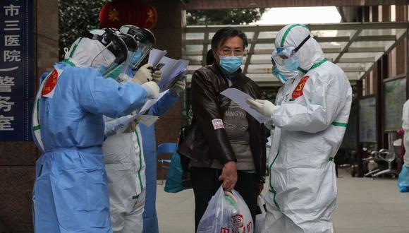 Imagen referencial. El personal médico verifica la información cuando los pacientes infectados por el coronavirus COVID-19 salen del Hospital No 3 de Wuhan, en la provincia central de Hubei, China, el 4 de marzo de 2020. (AFP / STR).