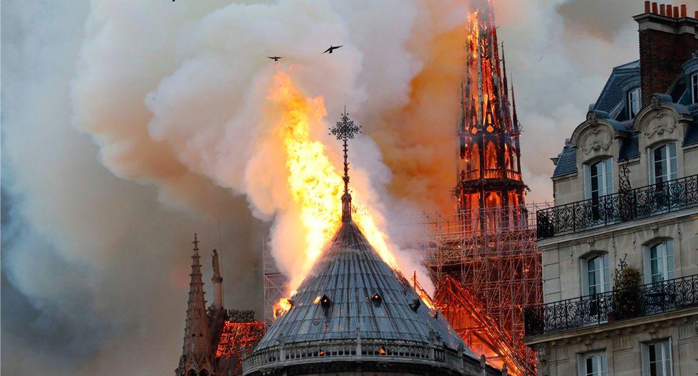 FOTO 2 | 2. La policía ha acordonado la zona y está desalojando a los numerosos turistas que se encontraban dentro de la catedral.
